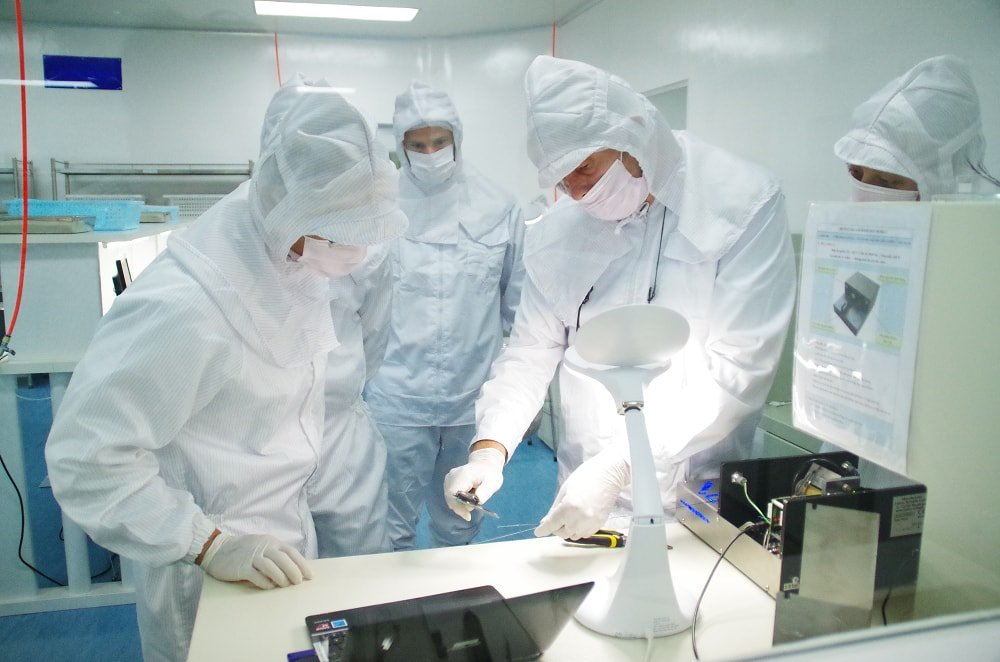 USM Healthcare Workers in Cleanroom Class 10,000